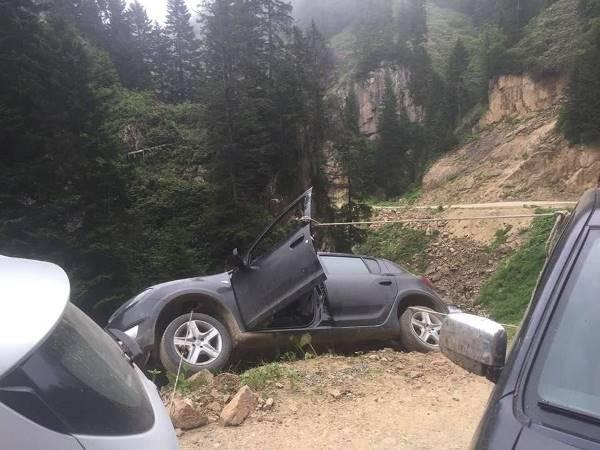 Köprübaşı'nda Korkutan Kaza. Şarampole düşmemesi için halatla kamyonete bağlandı.
